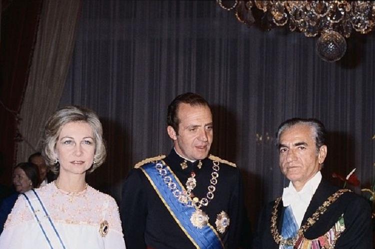En 1977 el rey Juan Carlos ya solicitaba comisiones por traer la democracia a los españoles (como prueba su carta al sha de Persia)